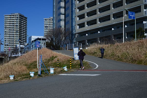多摩川河川敷の坂路