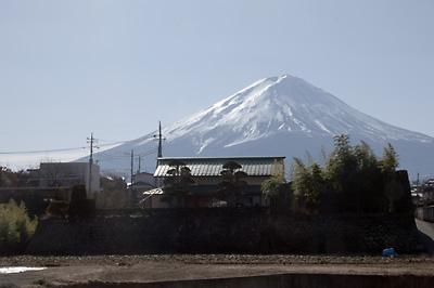 民家の向こうに見える富士山