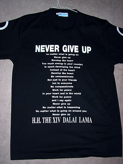 NEVER GIVE UP Tシャツ