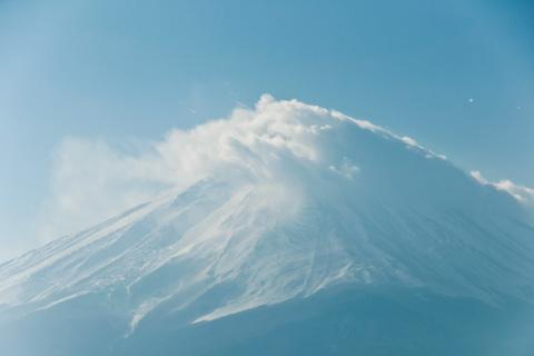雲がまとわりつく富士山