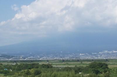 雲に覆われた富士山