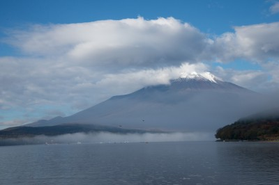 雲がかかる富士山