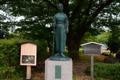 新島八重銅像